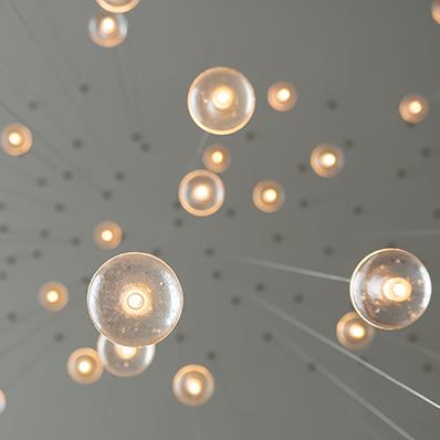 Ampoules éclairées en suspension synonymes d'idées multiples