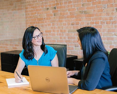 Deux femmes au travail sont en réunion