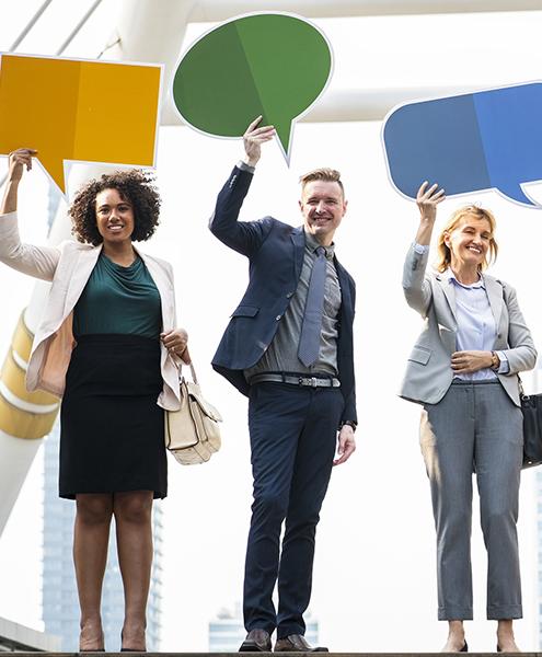 des hommes et femmes collègues peuvent parler librement dans la bonne humeur